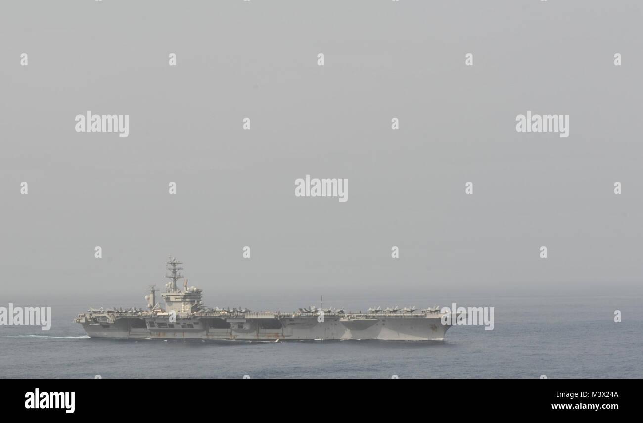 Golfo di Oman (28 giugno 2013) - La portaerei USS Nimitz CVN (68) Vele attraverso il Golfo di Oman. Nimitz Strike Immagini Stock