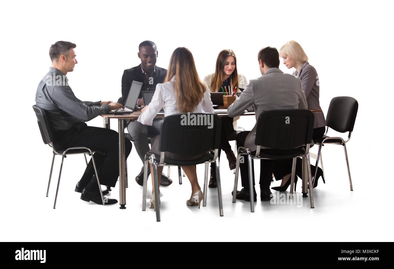 Diversi gruppi di imprenditori lavora su computer portatile isolato su sfondo bianco Foto Stock