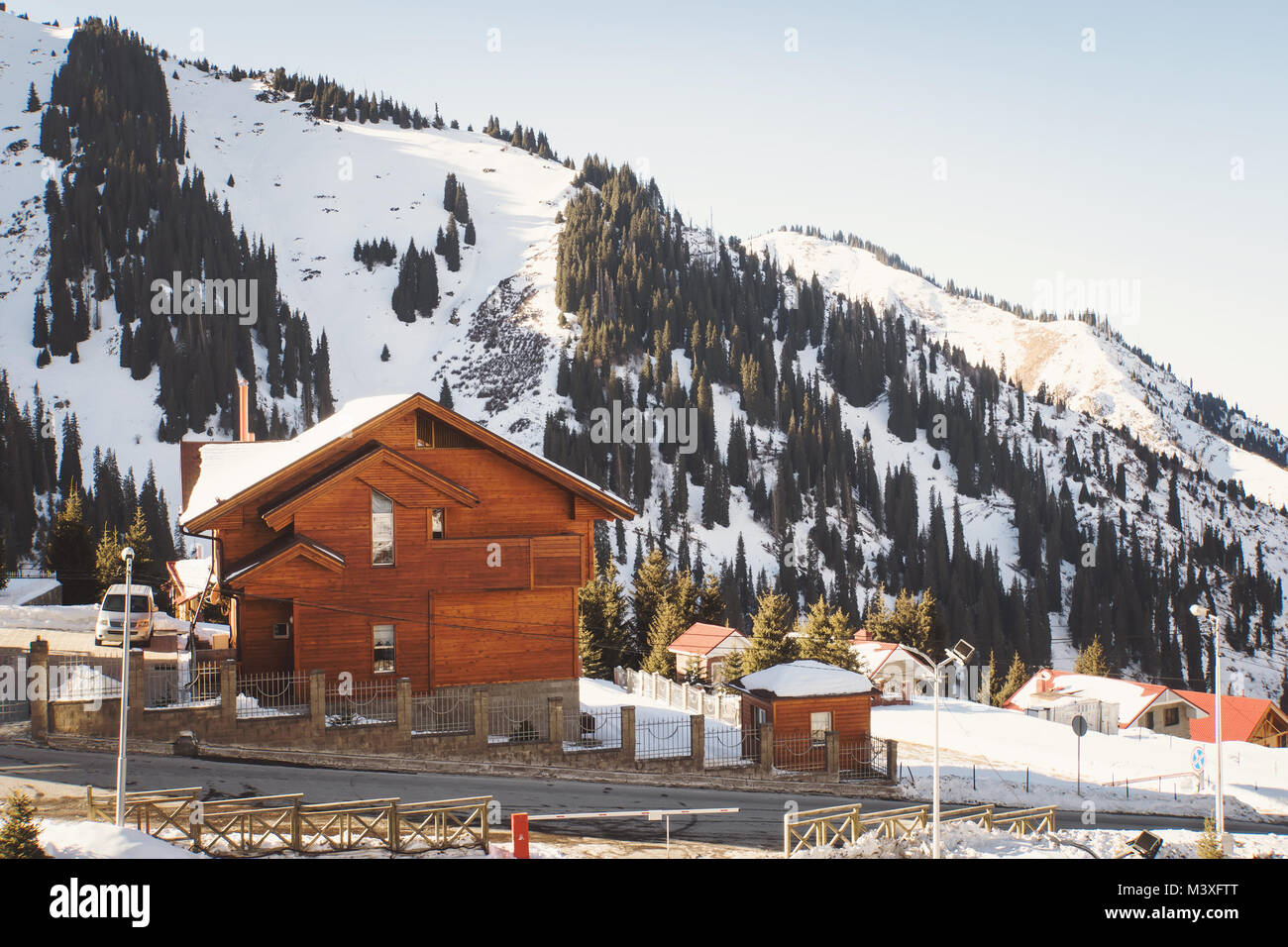Case Di Montagna A Natale : Casa di legno naturale in montagna villa sul pendio di una