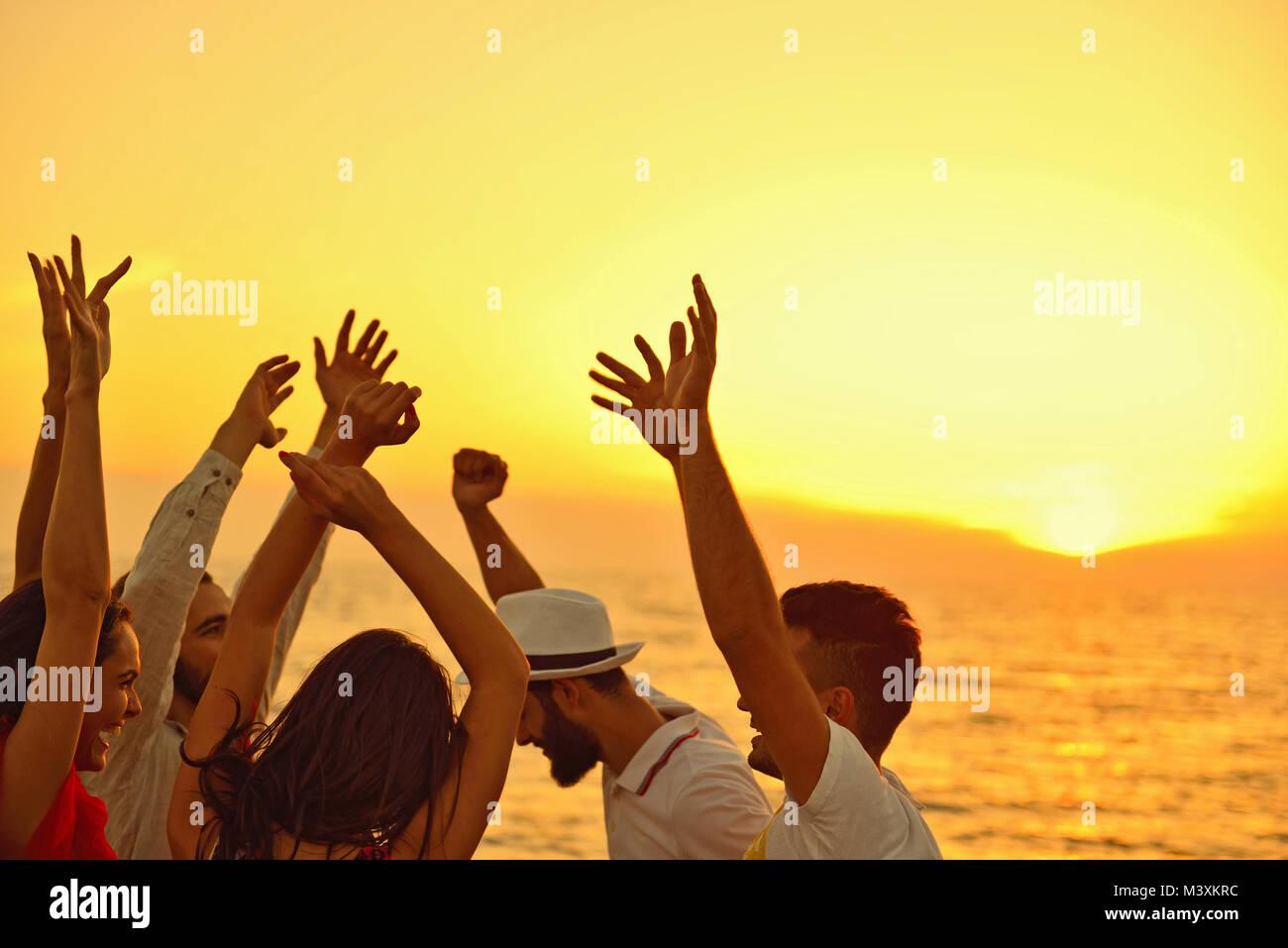 Persone celebrazione festa sulla spiaggia vacanze Estate Concetto di vacanza Immagini Stock