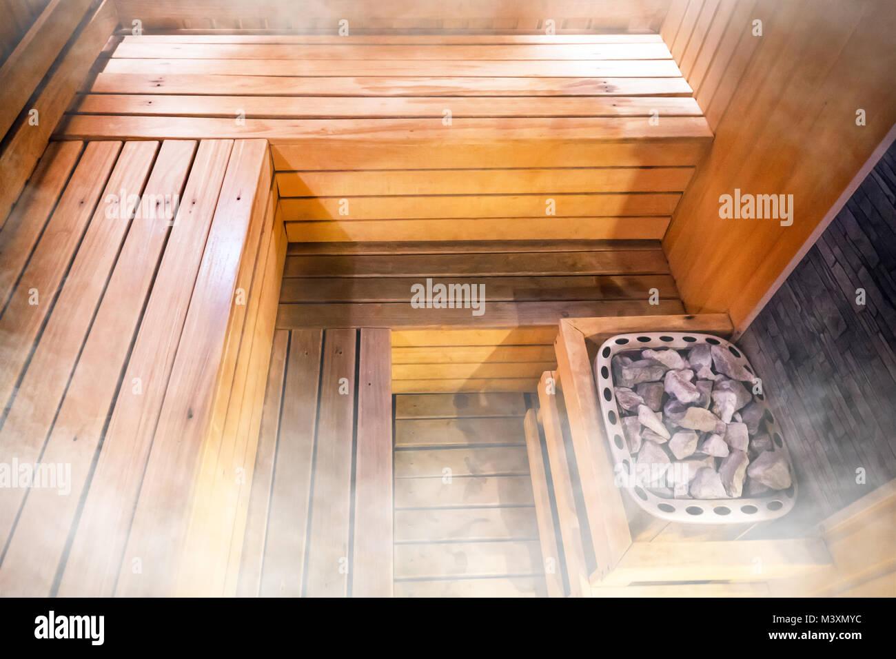 La bellissima natura interno home sauna finlandese sfondo in camera.  all\u0027interno della sauna. Pietre calde nel bagno. sudorazione camera. camera  del vapore