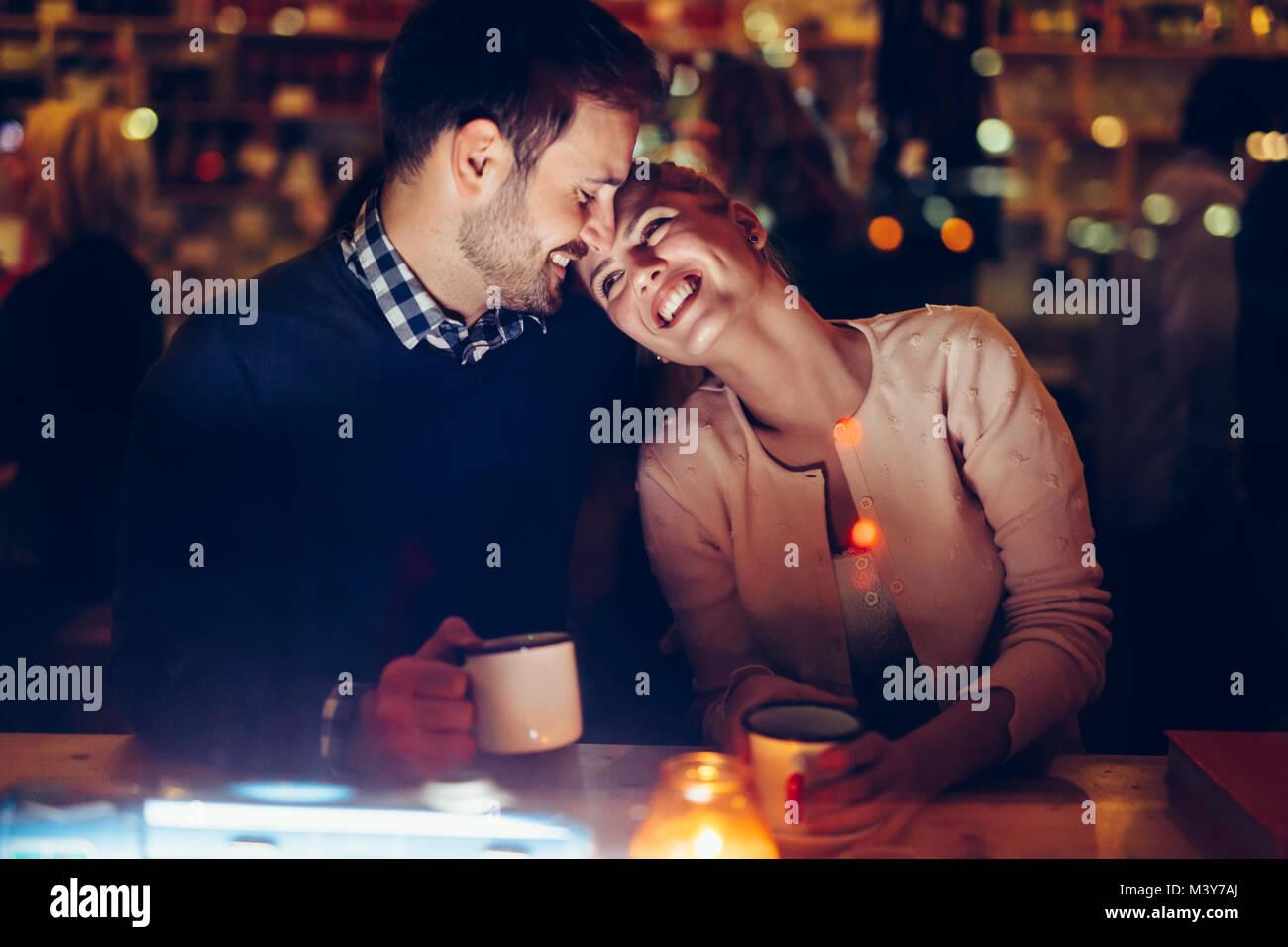 Coppia romantica dating in pub di notte Immagini Stock