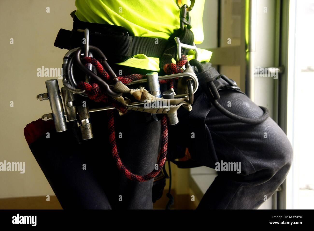 Foto di un ingranaggio di arrampicata attorno alla vita di un uomo Immagini Stock