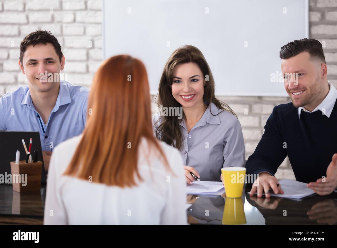 Vista posteriore di una donna al colloquio di lavoro Immagini Stock