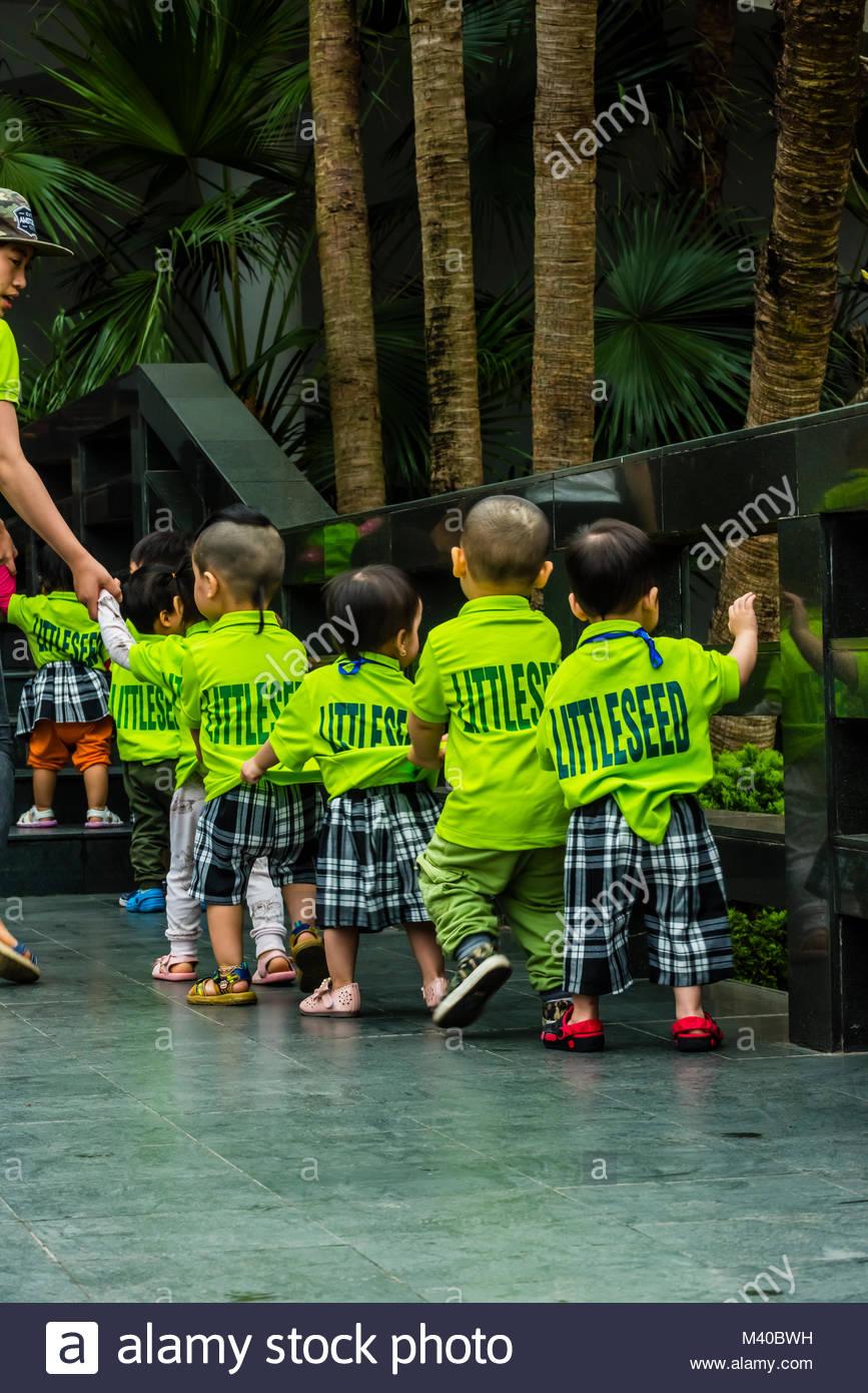 Bambini di età prescolare, visitare il Vietnam Museo di Etnologia, Hanoi, Vietnam del nord. Il museo offre Immagini Stock