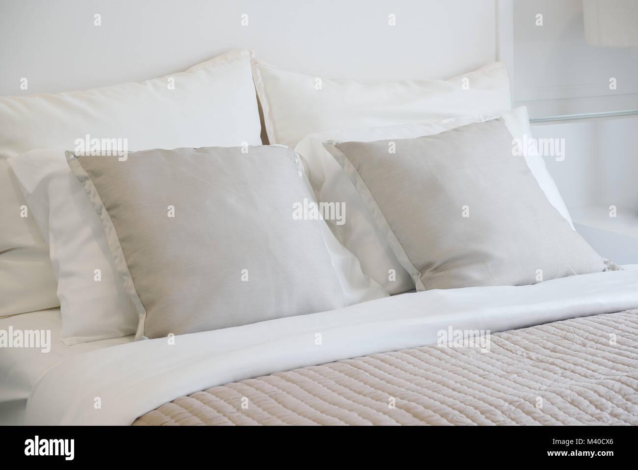 Camera Da Letto Grigio Chiaro : Grigio chiaro impostazione cuscini sul letto nel bel vibe camere