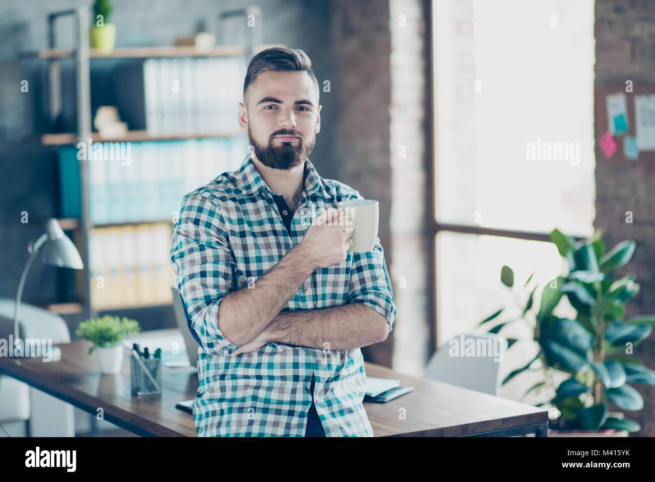 Coffee-tempo al concetto di lavoro. Ritratto di soddisfatto delizioso fiducioso datore di lavoro beve caldo fresco Immagini Stock