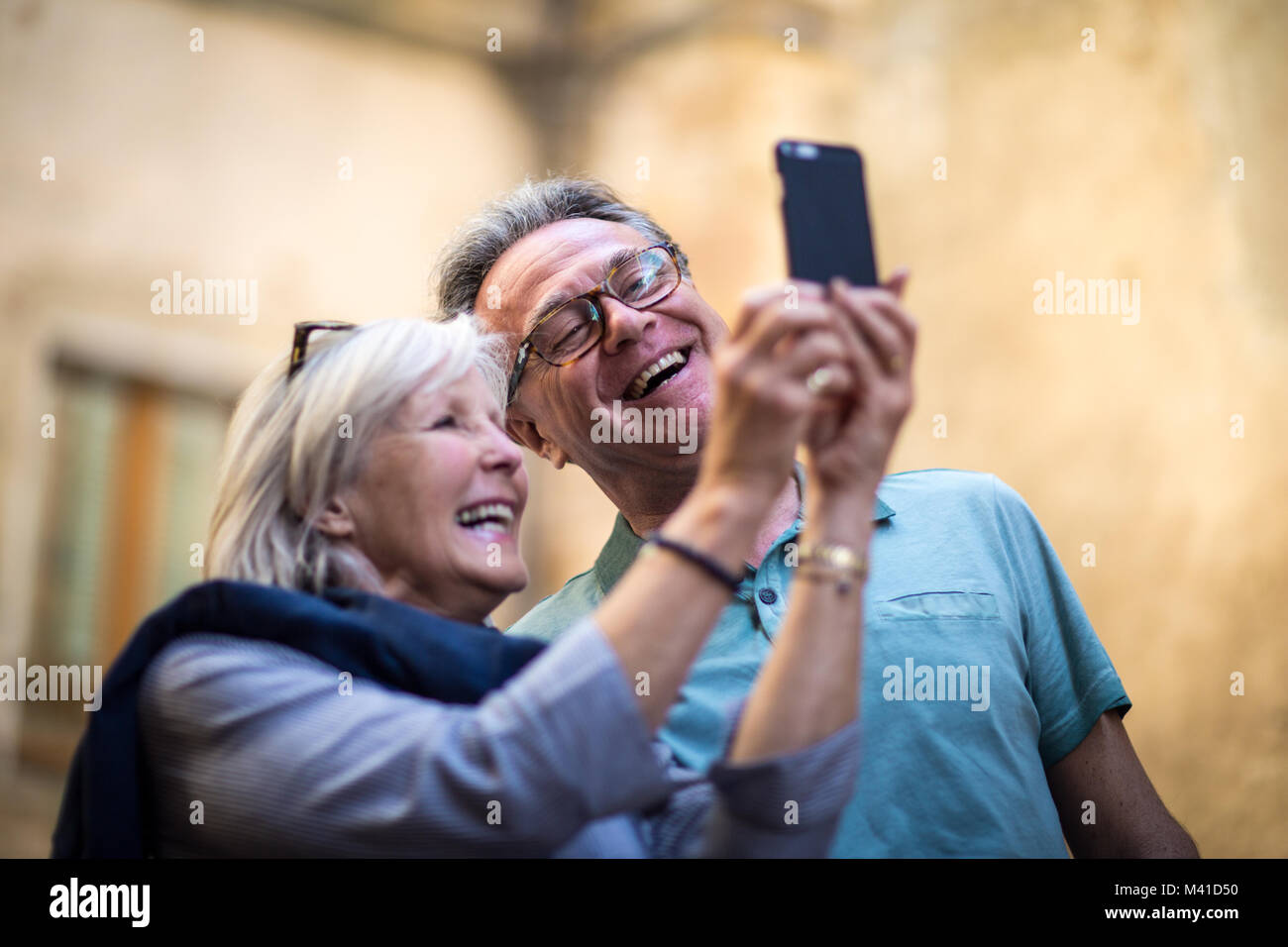 Coppia senior in vacanza prendendo un selfie o su video chiamata Immagini Stock