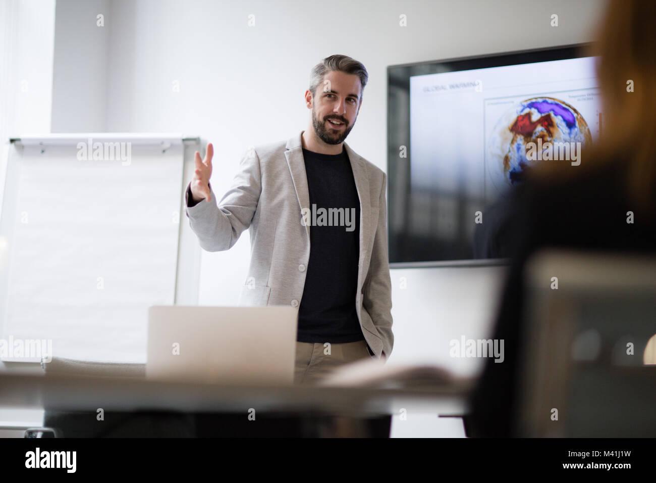 Maschio di business executive dando una presentazione Immagini Stock