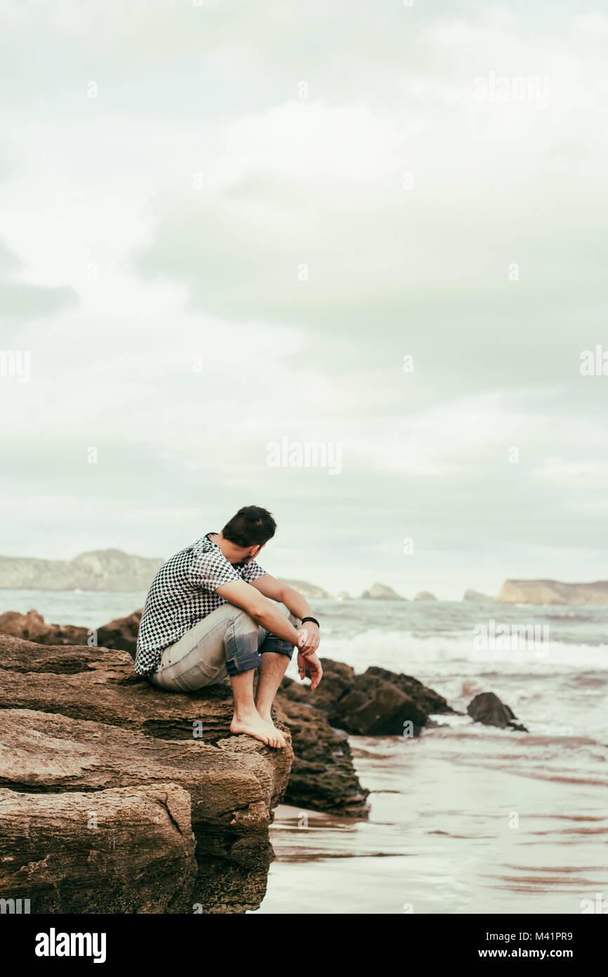 Giovane uomo godendo la giornata in spiaggia Immagini Stock