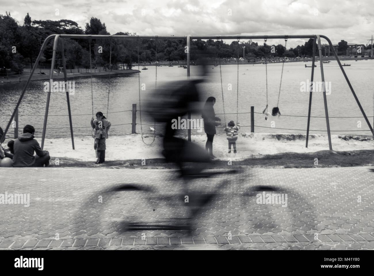 Una Foto In Bianco E Nero Di Un Ciclista Che Passa Rapidamente Di