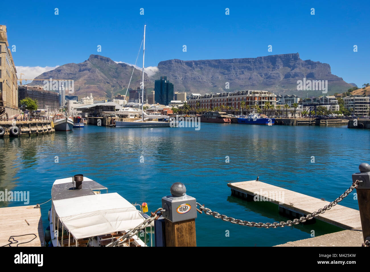 V&A Waterfront, Città del Capo, Sud Africa, con barche nel porto turistico, il Cape Grace Hotel con Table Mountain Foto Stock