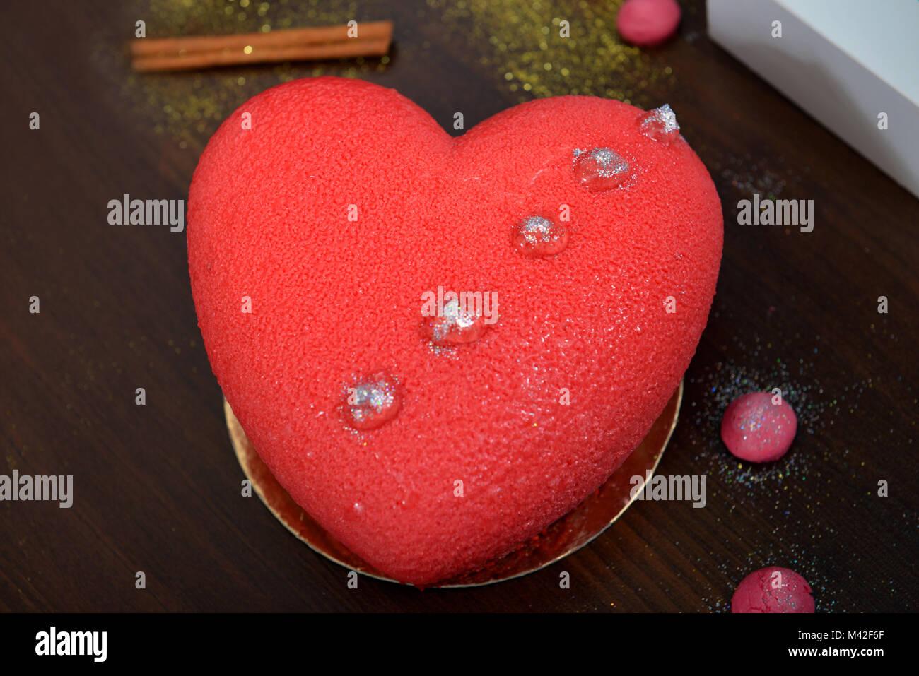 Una Torta Di Rosso A Forma Di Cuore Per San Valentino Anniversari E