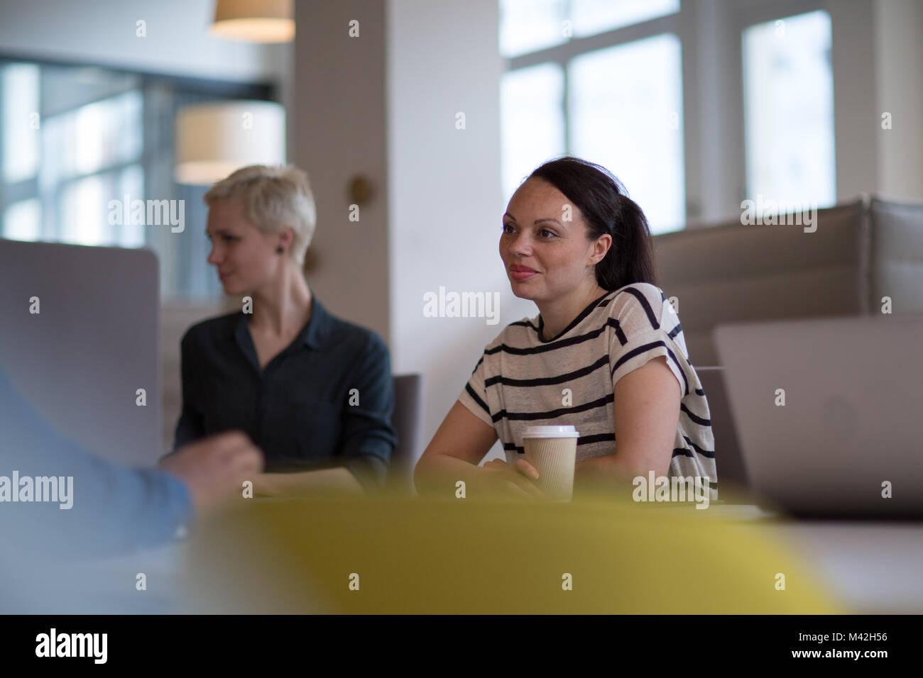 Colleghi di lavoro in una riunione mattutina con caffè Immagini Stock