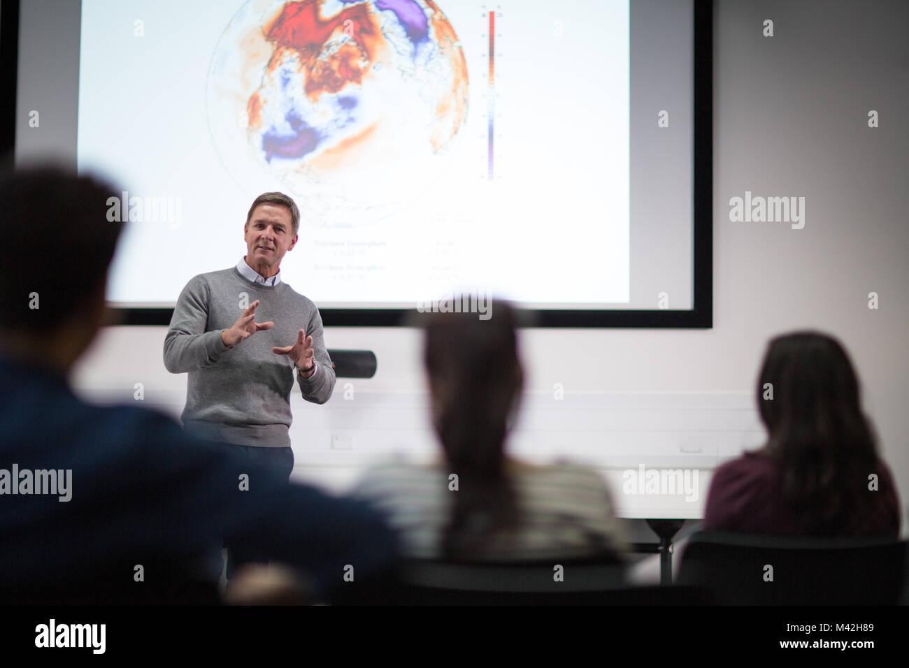 Insegnante di dare una lezione presso il college Immagini Stock