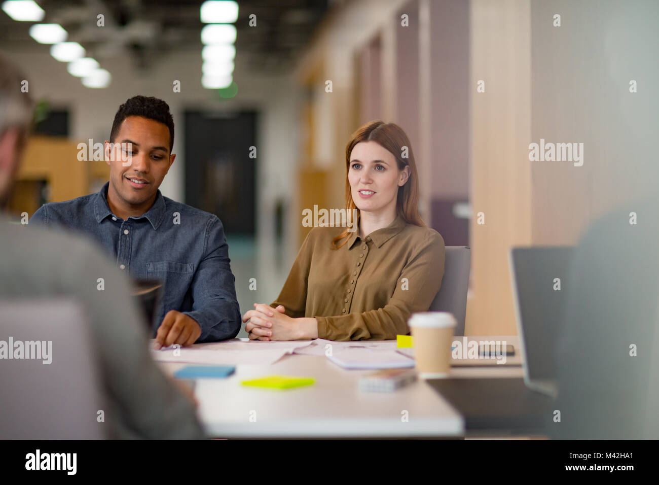 Colleghi di lavoro in una riunione informale con il caffè Immagini Stock
