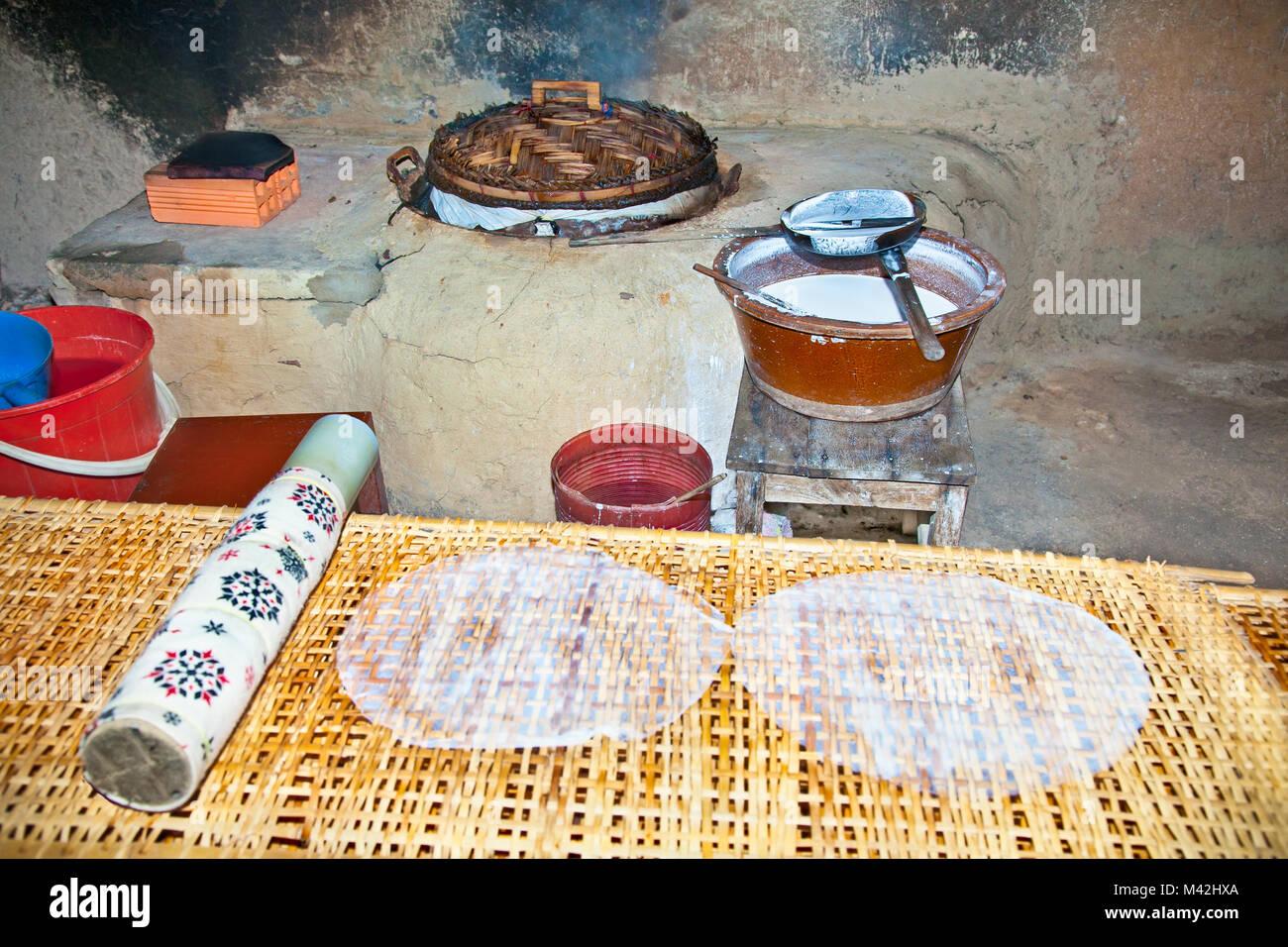 La cucina dove viene preparato tradizionale di carta di riso ...