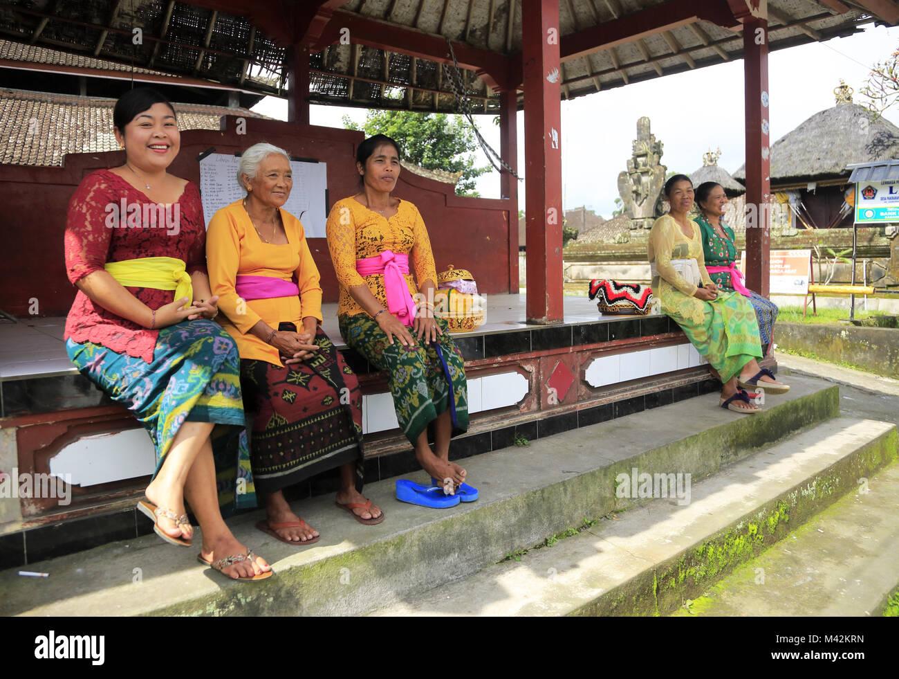 Signore locale in stile Balinese tradizionale Kebaya e sarong in un piccolo villaggio nei pressi di Ubud.Bali.Indonesia Immagini Stock