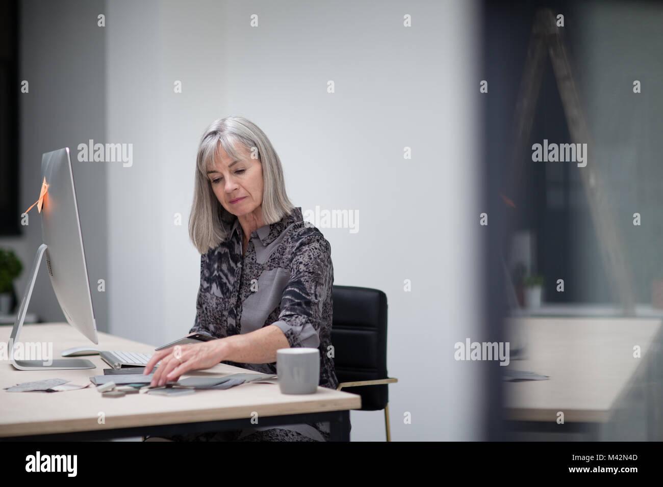 Senior imprenditrice lavoro in ufficio Immagini Stock