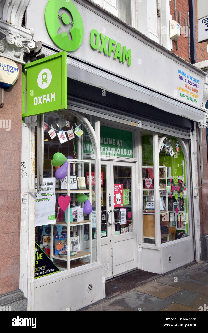 Una carità oxfam shop con la oxford contro la carestia oxfam logo e marchio segni sopra la porta. dare caritatevole Immagini Stock