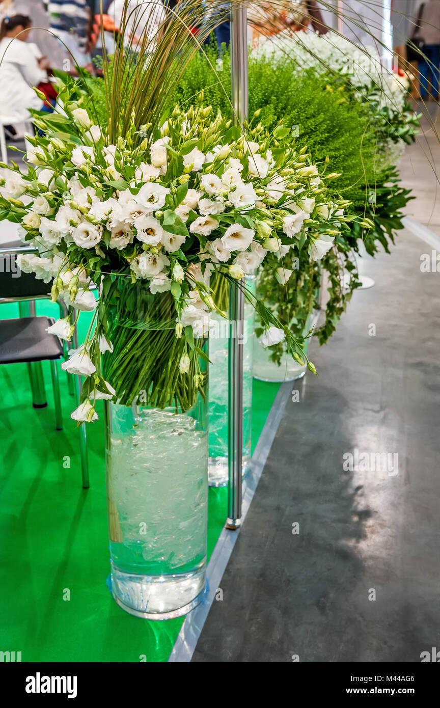Grandi Mazzi Di Fiori Di Colore Bianco Alstroemerias In Alta Trasparente  Vasi Di Vetro Negozio Ha Venduto Sotto Forma Di Confezione Regalo.