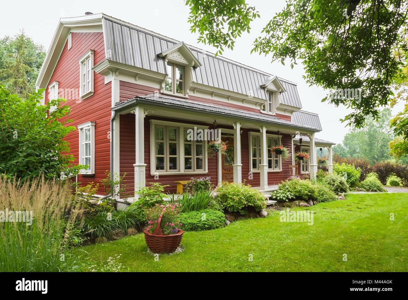 Pineta Plank Facciata Di Casa Con Mansarda E Giardino Paesaggistico,  Quebec, Canada