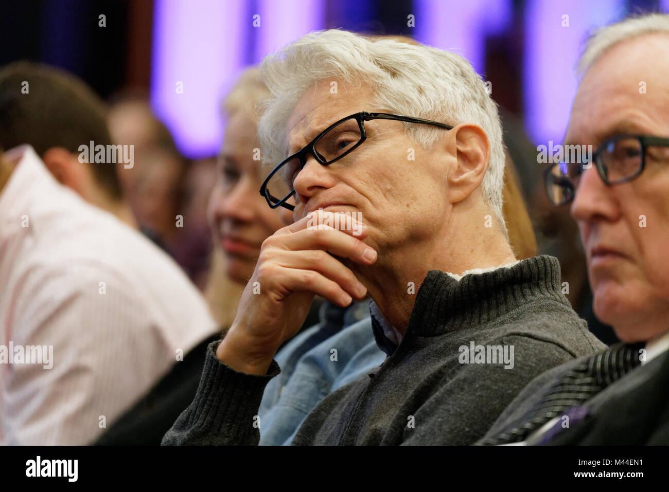 Un uomo che ascolta sost. Jerrold Nadler (D-New York del decimo distretto Congressuale) presso un municipio sulla Immagini Stock