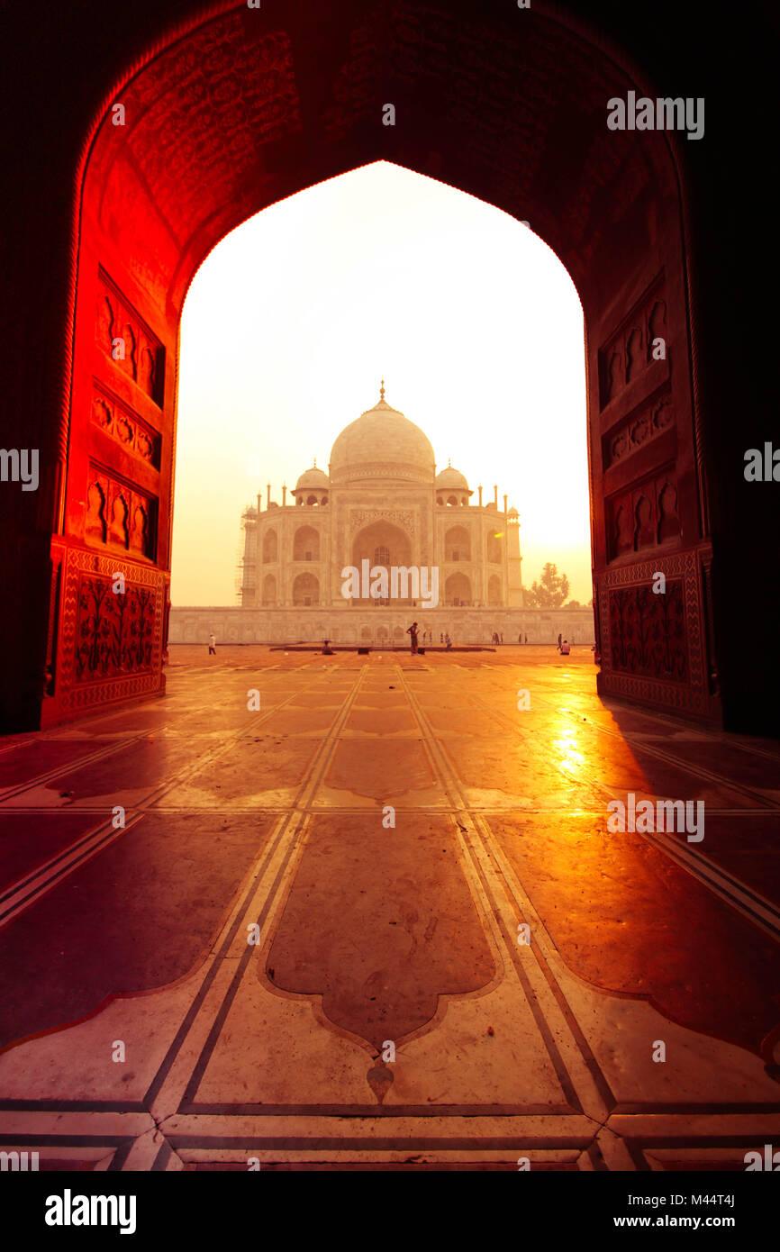 Vista del Taj Mahal dalla Moschea, Agra, Uttar Pradesh, India Immagini Stock