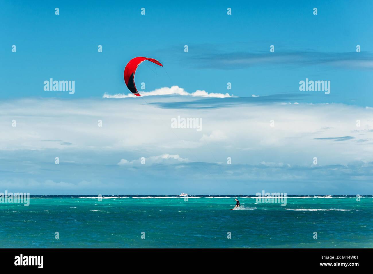 Il kite surf. Sport estremo, attivo, uno stile di vita sano concetto. Bulabog beach, Boracay, Filippine Immagini Stock