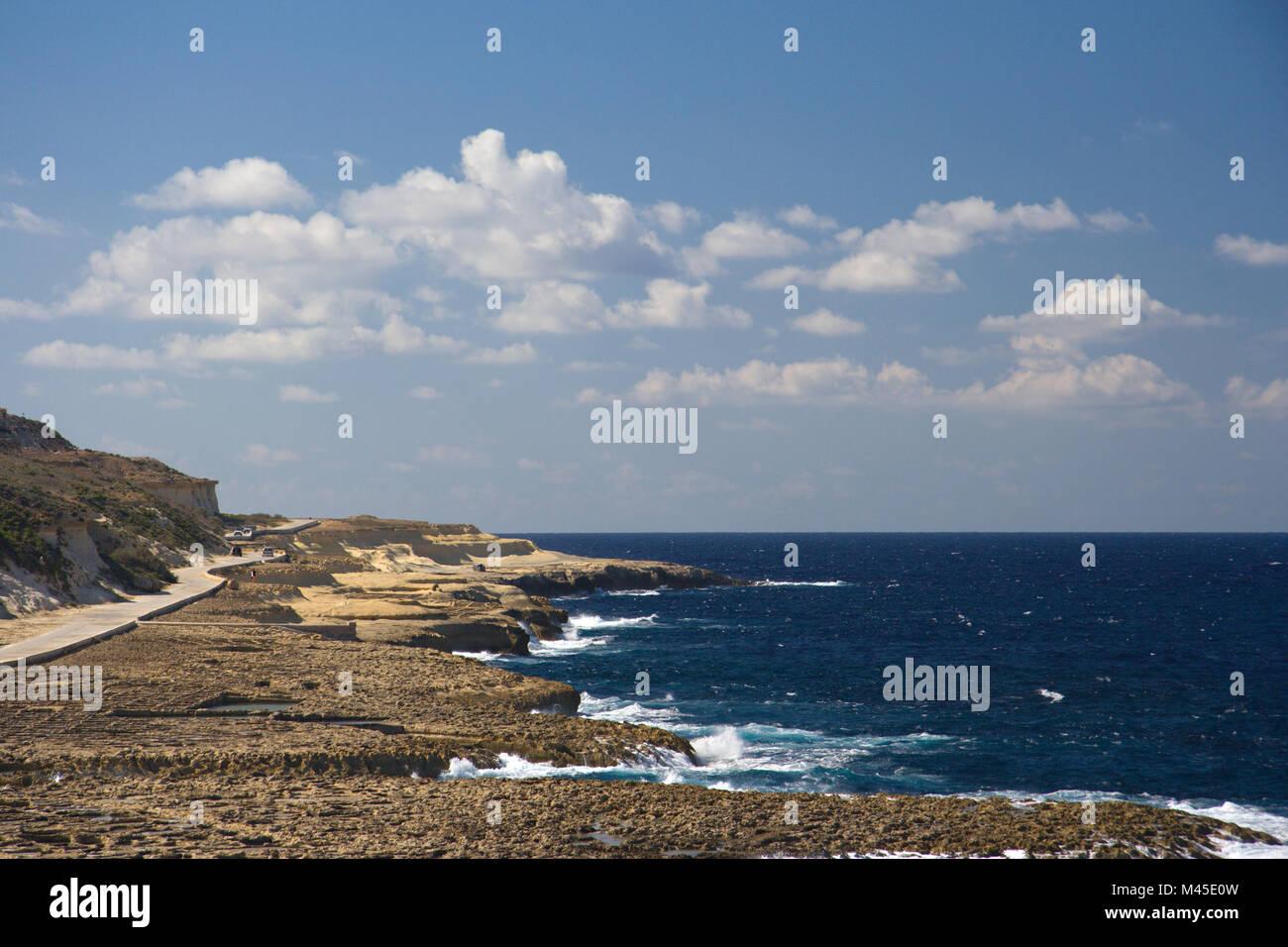 La Gozo costa del nord con una delle poche strade della costa e alcuni non così pochi piccoli salinas/miniere Immagini Stock
