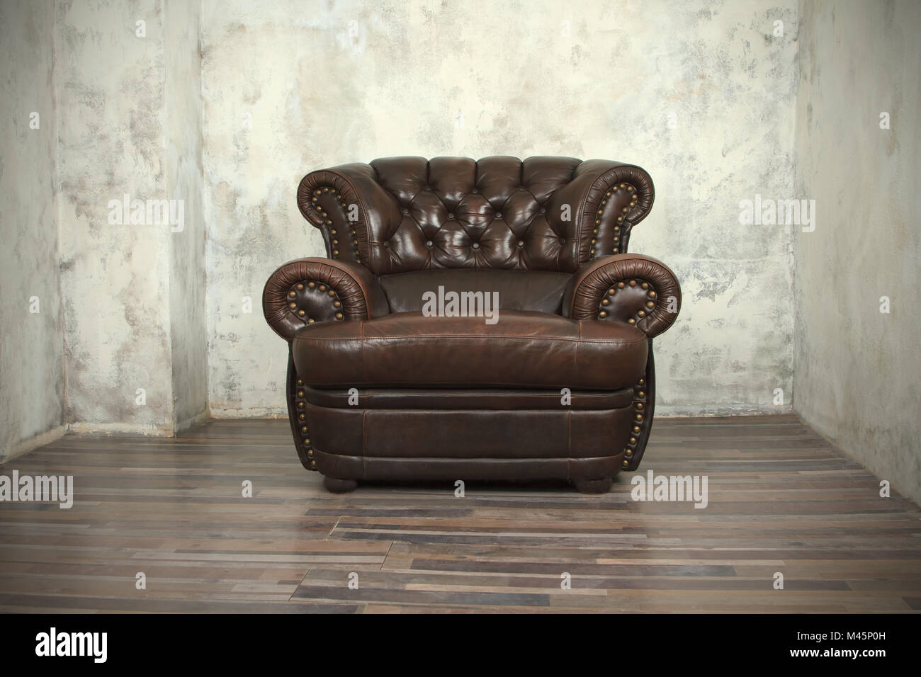 Sedie Vintage Pelle : Vecchia pelle marrone vintage sedia nella stanza vuota foto