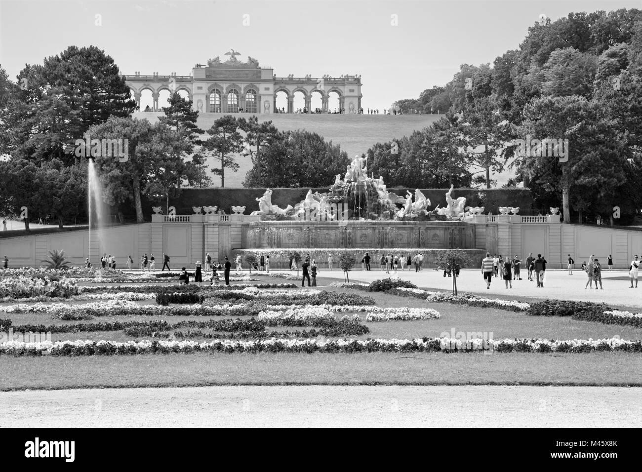 VIENNA, Austria - 30 luglio 2014: il castello di Schonbrunn - Gloriette e giardino e la fontana di Nettuno. Immagini Stock