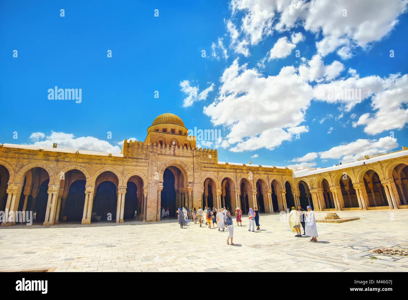 Gruppo turistico sightseeing della Grande Moschea (Sidi Oqba) di Kairouan, l'Islam la città sacra. Kairouan, Immagini Stock