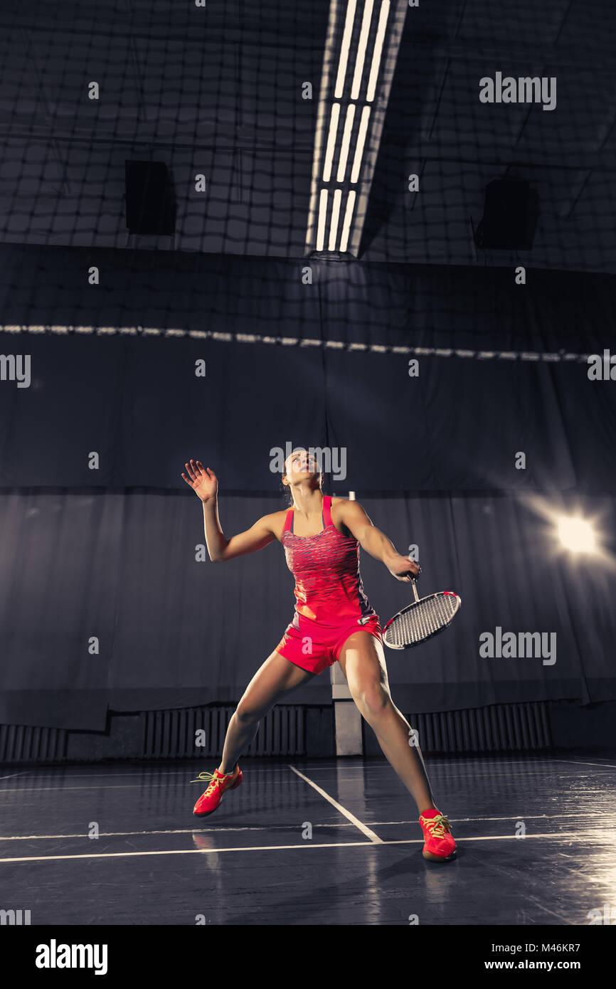 Giovane donna che gioca a badminton palestra Immagini Stock