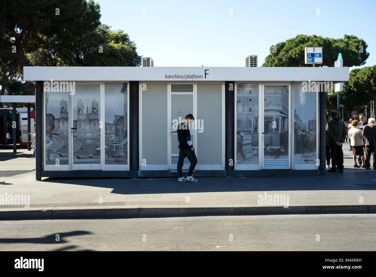 Roma, Italia: in attesa presso la fermata del bus Immagini Stock