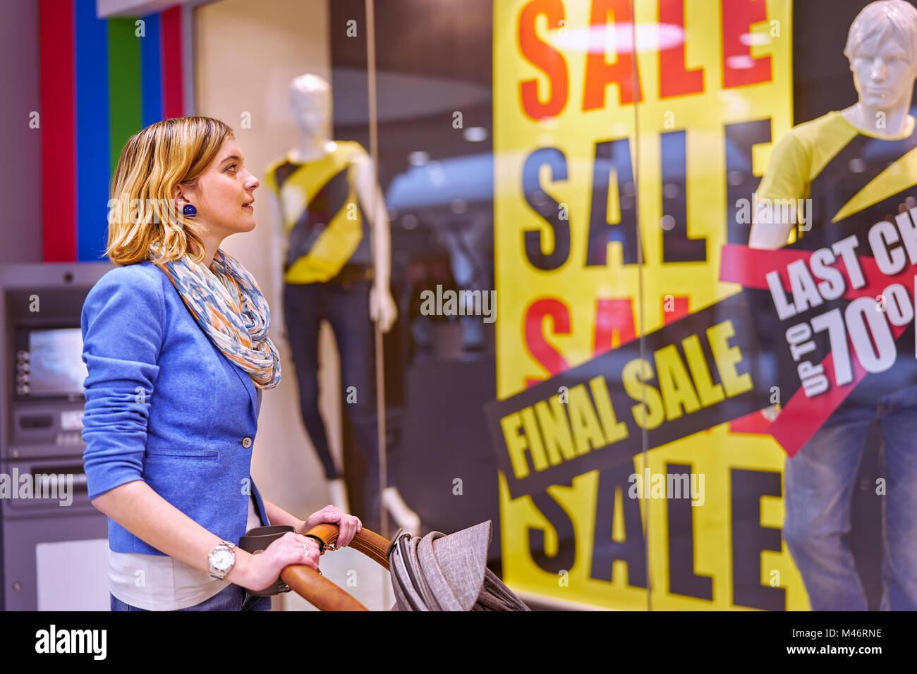 Giovane donna durante lo shopping Immagini Stock