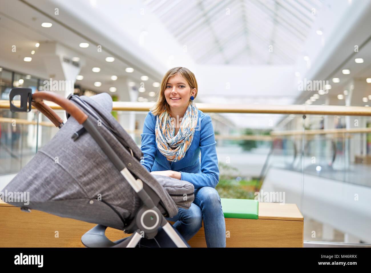 Giovane donna con il bambino in centro commerciale Immagini Stock