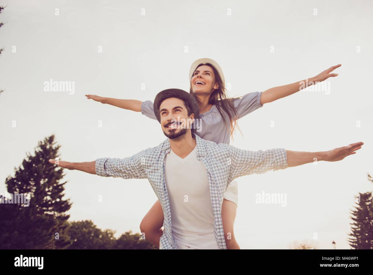 Buon giorno, felicità, amicizia, passeggiare, concetto di vacanza. Carino dolce piggybacking partner la sua Immagini Stock