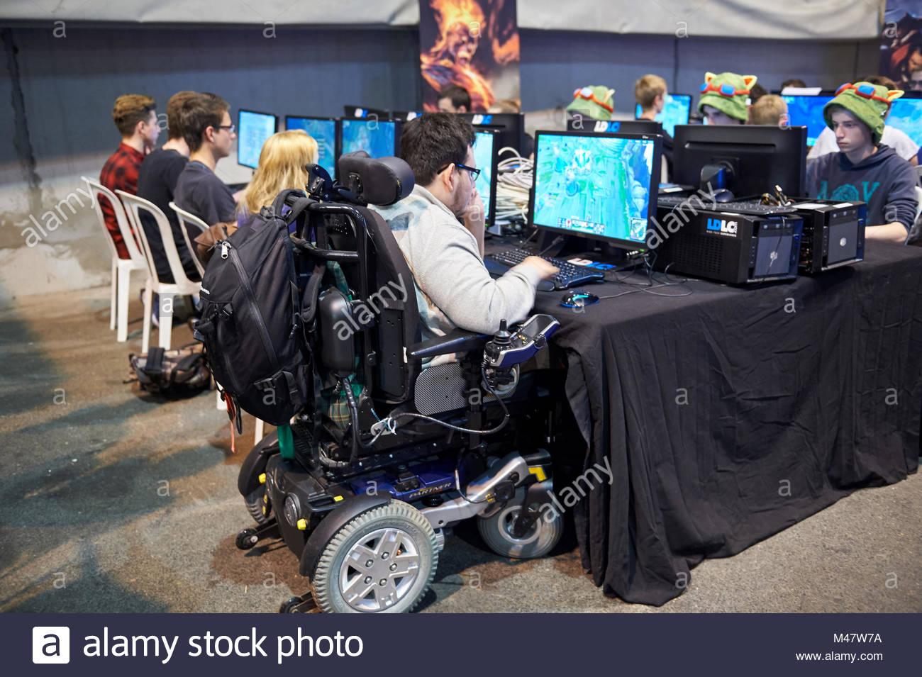 Una sedia a rotelle a competere nel torneo del computer Immagini Stock