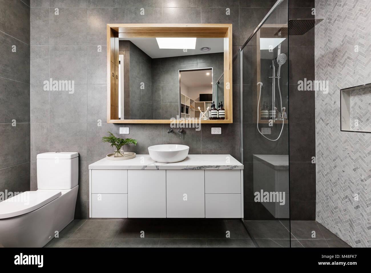 Moderno edificio grigio bagno di design con doccia a spina di