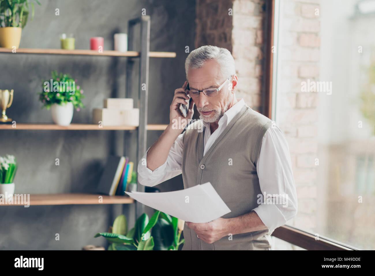 Ritratto di elegante sperimentato vecchio barbuto successo professionale imprenditore qualificato parlando al telefono Immagini Stock