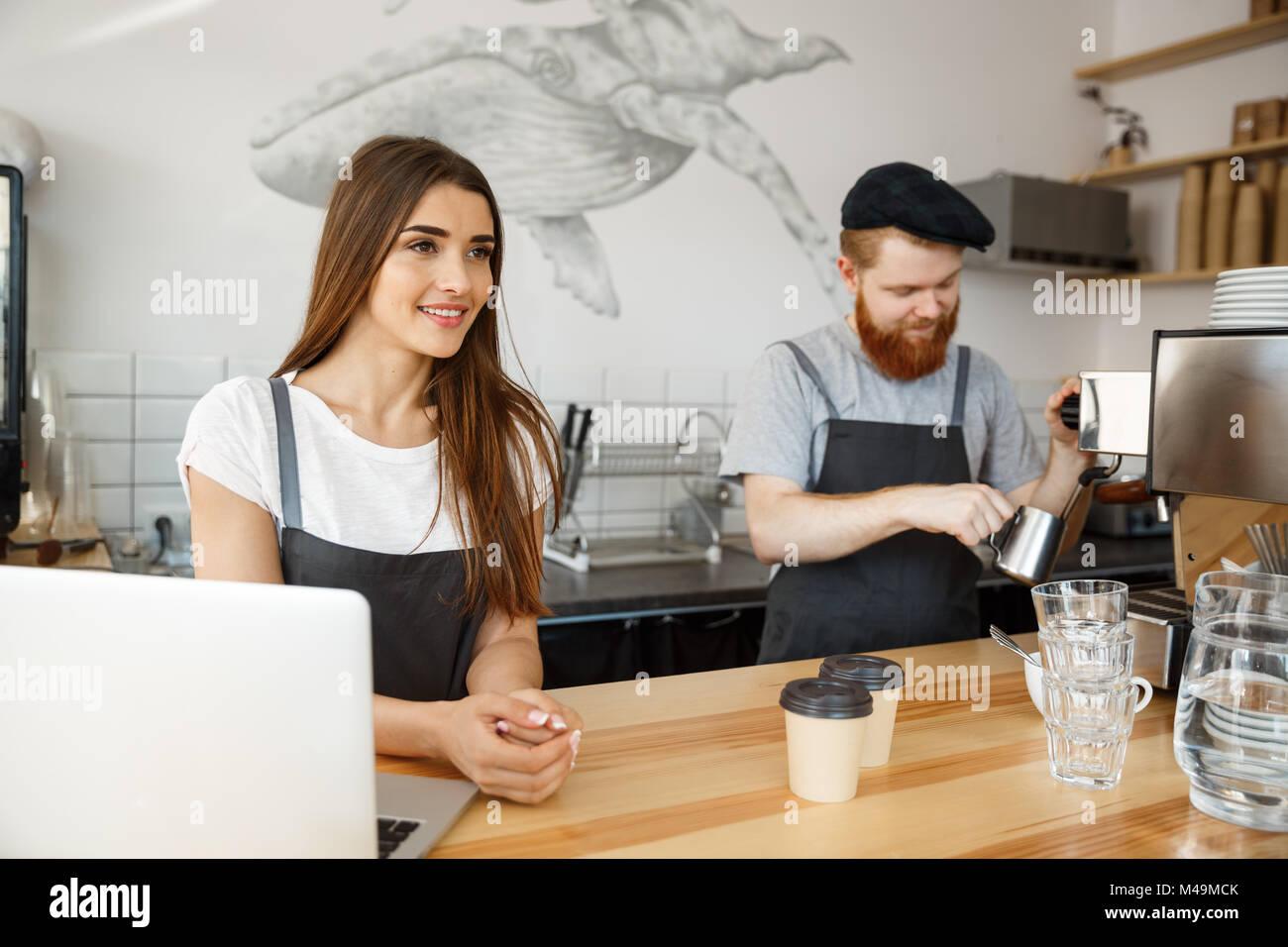 Caffè il concetto di Business - Positivo giovane uomo barbuto e bella attraente dama barista giovane amano Immagini Stock
