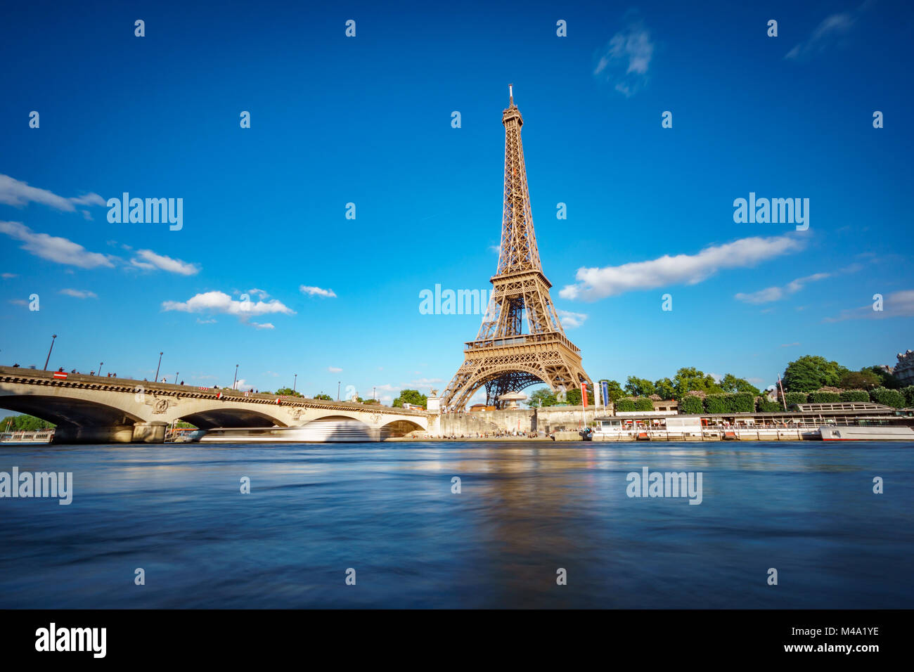 Alla torre Eiffel e al fiume Senna con esposizione lunga Immagini Stock