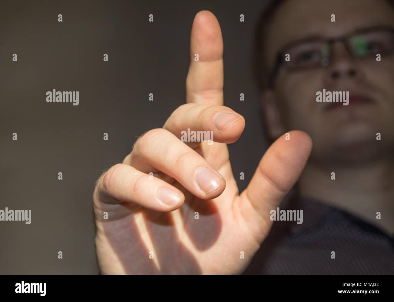 L'uomo fare clic su virtual touch screen, dito è sollevato, futuristico business Immagini Stock
