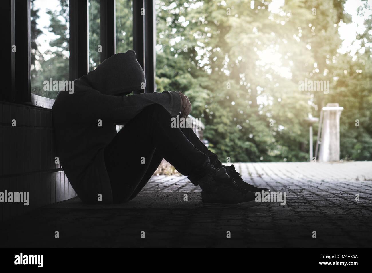 Depressione, isolamento sociale e di solitudine, di salute mentale e il concetto di discriminazione. Triste, solitario, Foto Stock
