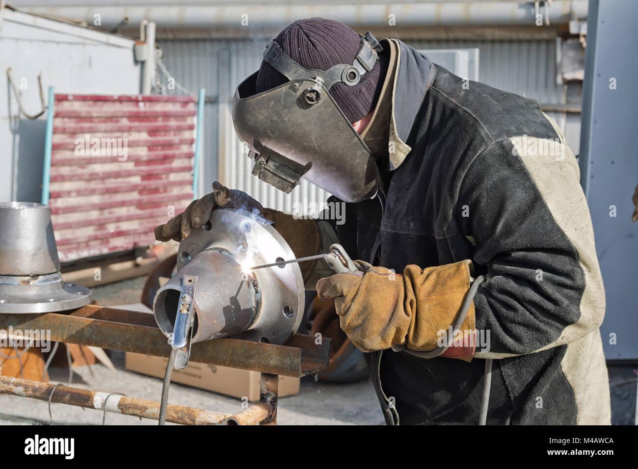 Lavori di saldatura per la produzione di unità e parti di condutture Immagini Stock