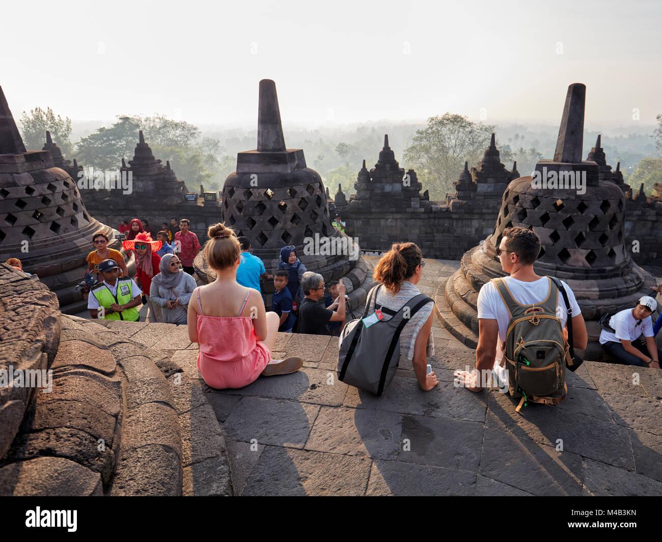 I turisti in Borobudur tempio buddista. Magelang Regency, Java, Indonesia. Immagini Stock
