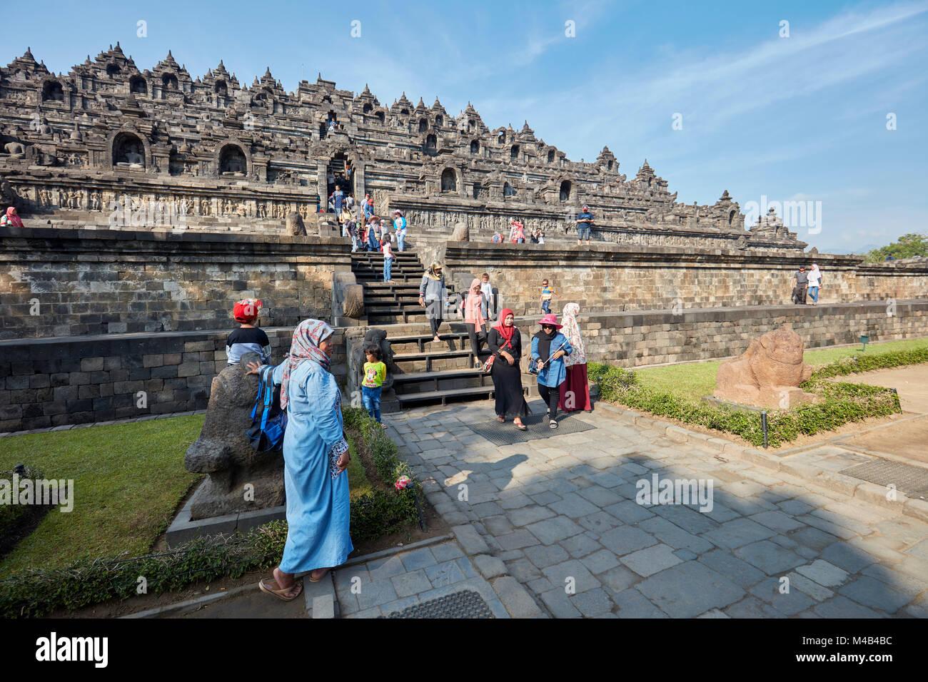 I turisti sulla strada fuori dal Borobudur tempio buddista. Magelang Regency, Java, Indonesia. Immagini Stock