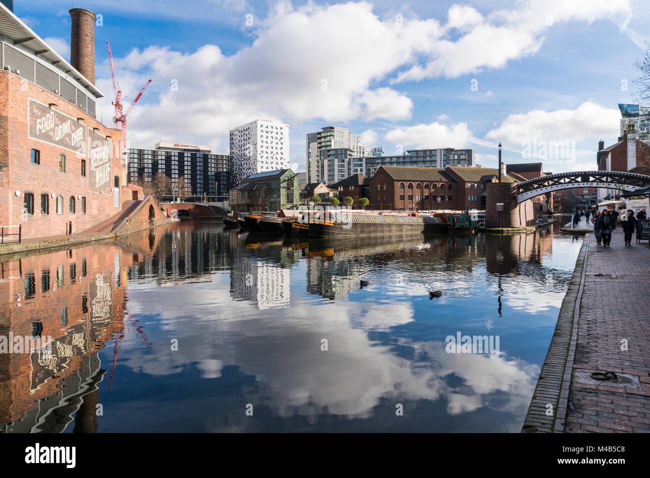 Vista del canale con riflessioni di persone ed edifici in luogo Danielle Birmingham, Regno Unito Immagini Stock
