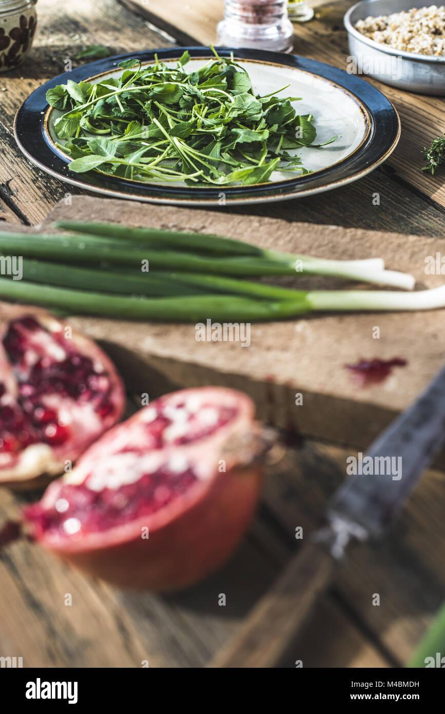 Insalata verde con melograno, manna groppa, cipolla Immagini Stock